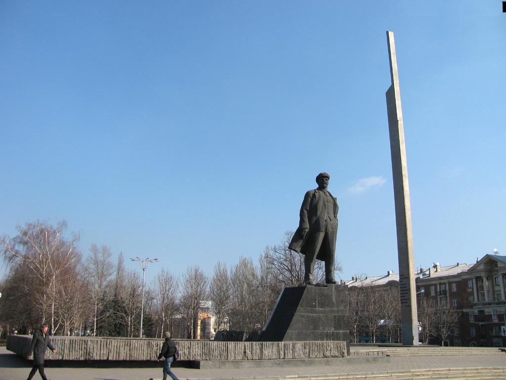 Памятник с крестом Площадь Ильича Памятник Скала с колотыми гранями Чехов, Сахалинская обл.